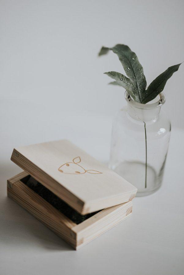 Pudełko z voucherem prezentowym na naturalną sesję zdjęciową.